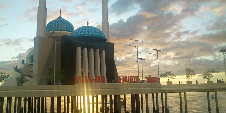Masjid Amirul Mukminin merupakan Masjid Terapung yang berlokasi di jantung kota Makassar
