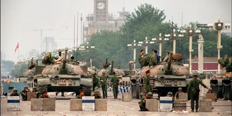 Foto ini diambil pada 6 Juni 1989 memperlihatkan Tentara Pembebasan Rakyat (PLA) didukung puluhan tank mengamankan jalan raya Changan yang menuju Lapangan Tiananmen, Beijing.