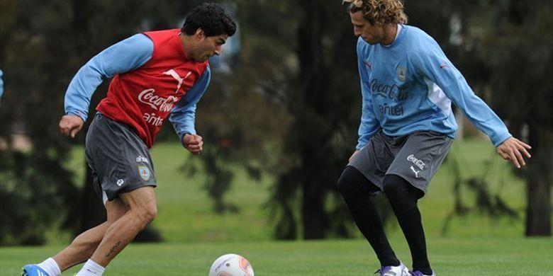 Luis Suarez dan Diego Forlan sedang berlatih.