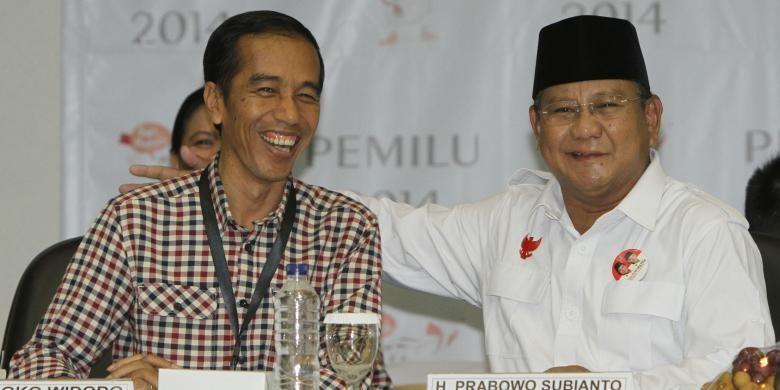 Capres dari poros Gerindra, Prabowo Subianto berbincang dengan capres dari poros PDIP, Jokowi-JK saat acara pengundian dan penetapan nomor urut untuk pemilihan presiden Juli mendatang di kantor KPU, Jakarta Pusat, Minggu (1/6/2014). Pada pengundian ini, pasangan Prabowo-Hatta mendapatkan nomor urut satu sedangkan Jokowi-JK nomor urut dua.