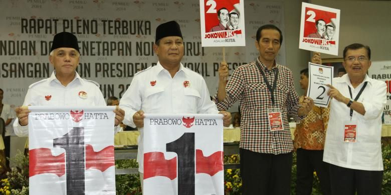 Pasangan capres dan cawapres, Prabowo Subianto (kedua dari kiri)-Hatta Rajasa (paling kiri) dan Joko Widodo (kedua dari kanan)-Jusuf Kalla (paling kanan) menunjukkan nomor urut dalam acara pengundian dan penetapan nomor urut untuk pemilihan presiden 2014 di kantor KPU, Jakarta Pusat, Minggu (1/6/2014).