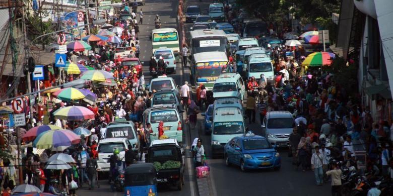 Sejumlah Pedagang Kaki Lima (PKL) kembali memadati Jalan Kota Bambu, depan Stasiun Tanah Abang, Jakarta Pusat, Minggu (8/6/2014). Meskipun sudah ditertibkan petugas, sejumlah PKL masih tetap nekat berjualan di pinggr Jalan. Hal itu dapat menggang arus lalu lintas di kedua arah.
