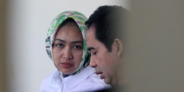 Pengusaha Tubagus Chaeri Wardana alias Wawan (kanan) ditemani istrinya, Airin Rachmi Diani, sebelum menjalani sidang dengan agenda pemeriksaan saksi di Pengadilan Tindak Pidana Korupsi, Jakarta, Senin (5/5/2014). Wawan diduga terlibat dalam dugaan suap pengurusan sengketa pilkada di Mahkamah Konstitusi (MK) yang juga melibatkan mantan Ketua MK Akil Mochtar.