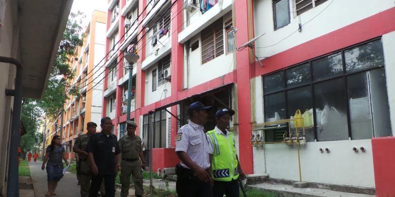 Pihak pengelola rusun di Jakarta Timur menertibkan para penghuni rusun Tipar Cakung, Jakarta Timur, Rabu (11/6/2014). Mereka menunggak uang sewa rusun hingga berbulan-bulan.