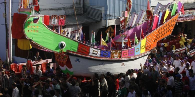 Ratusan warga Tionghoa mengangkat tongkang (kapal) menuju vihara Ing Hok King di kota Bagan Siapiapi, kabupaten Rokan Hilir, Minggu (27/6/2010). Tongkang tersebut nantinya akan di doakan kemudian dibakar pada esok hari, Senin (28/6). Ritual Bakar Tongkang tersebut juga dihadiri oleh puluhan ribu warga Tionghoa yang sengaja datang dari berbagai kawasan.