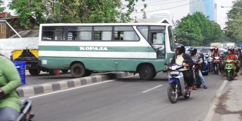 Kopaja 502 jurusan Kampung Melayu-Tanah Abang melintang di median jalan Brigjend Katamso, Jakarta Barat, Sabtu (21/6/2014). Akibatnya arah Tanah Abang-Kemanggisan macet total dan sebaliknya.