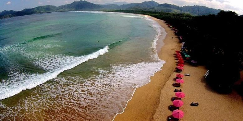 Pantai Pulau Merah di Banyuwangi, Jawa Timur.