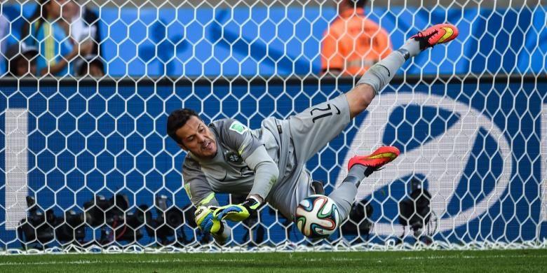 Kiper Brasil, Julio Cesar, mengantisipasi tembakan seorang pemain Cile, pada babak adu penalti laga 16 besar Piala Dunia, di Estadio Mineirao, Belo Horizonte, Sabtu (28/6/2014).