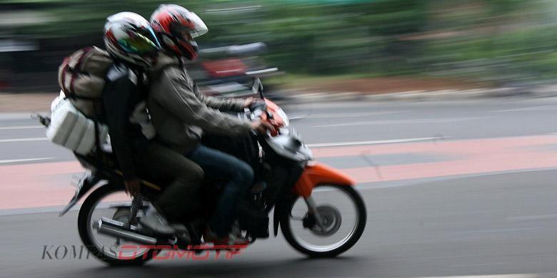 Pemudik dengan menggunakan sepeda motor melintas menuju Jalan Kali Malang, Jakarta Timur, Senin (6/9/2010). Mudik dengan alat transportasi ini masih digunakan warga karena murah. KOMPAS/WISNU WIDIANTORO