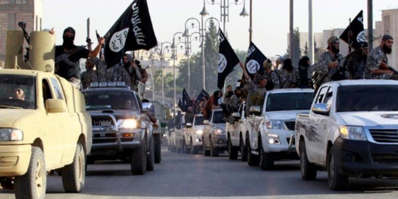Pasukan ISIS berparade di kota Raqqa, Suriah.