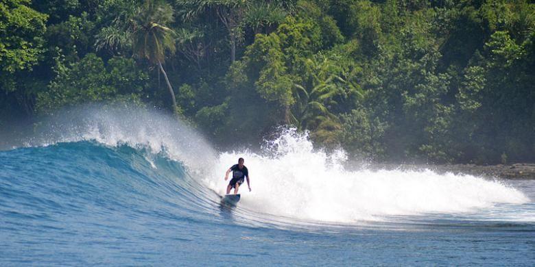 Peselancar menikmati ombak laut setinggi 5-6 meter di salah satu gugusan Pulau Banyak.