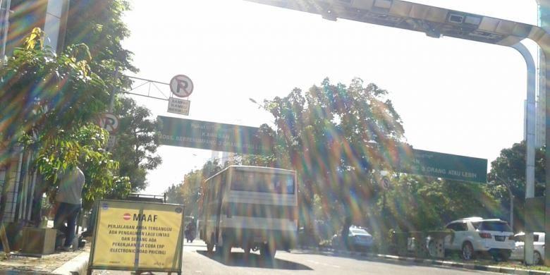 Gerbang jalan berbayar atau electronic road pricing (ERP) di Jalan Jenderal Sudirman, Jakarta Pusat. Uji coba penggunaannya dilakukan pada Selasa (15/7/2014).