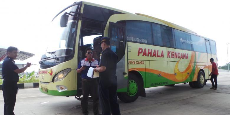 Bus Pahala Kencana yang melayani angkutan mudik di Terminal Pulo Gebang, Cakung, Jakarta Timur. Senin (21/7/2014).