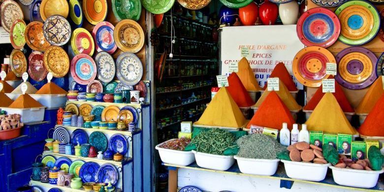 Aneka rempah-rempah dan piring khas Maroko dijual di Essaouira, Maroko.