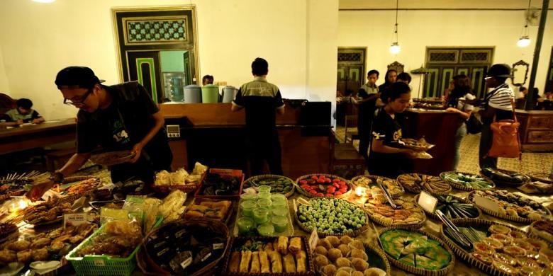 Angkringan Jogja Automotive Community (JAC) yang terletak di nDalem Pakuningratan, Yogyakarta. Angkringan menyajikan hidangan khas Yogyakarta dan ragam minuman rempah.