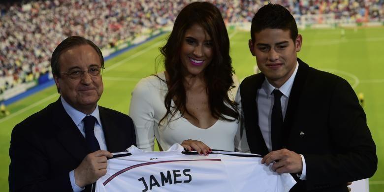 Presiden Real Madrid, Florentino Perez (kiri), striker baru Madrid James Rodriguez (kanan) dan istrinya, Daniela Ospina, berpose saat perkenalan Rodriguez sebagai pemain baru Madrid di Santiago Bernabeu, 22 Juli 2014.