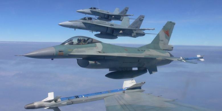 Formasi pesawat F-16 TNI AU dan F/A-18 Hornet RAAF untuk melaksanakan pertempuran di udara 2 lawan 2.