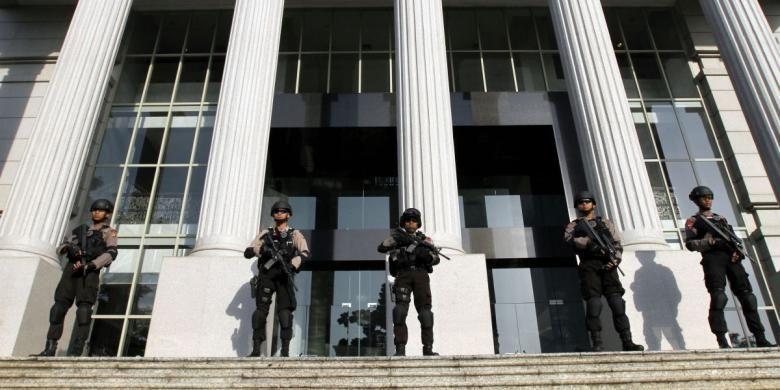 Ilustrasi Gedung MK: Anggota Brimob bersenjata lengkap menjaga Gedung Mahkamah Konstitusi (MK) di Jakarta Pusat, untuk mengantisipasi gangguan saat sidang perdana perselisihan hasil pemilihan umum (PHPU), Rabu (6/8/2014). Polri mengerahkan sekitar 22.000 personelnya yang tersebar di beberapa pos pengamanan, termasuk untuk mengamankan sidang gugatan hasil Pilpres 2014 tersebut.