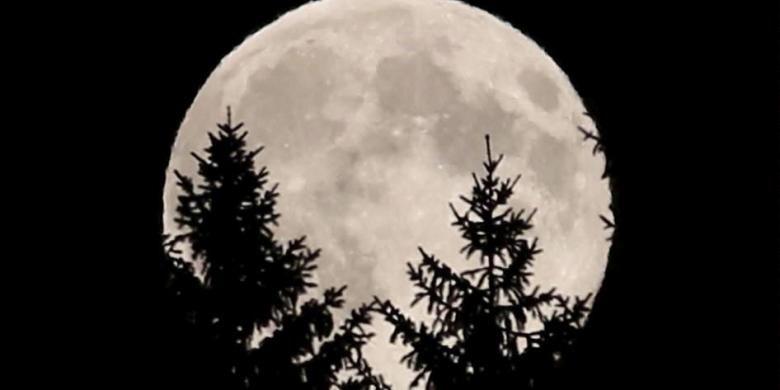 Supermoon terlihat di Austria, 10 Agustus 2014. Supermoon disebut para ilmuwan sebagai bulan perigee, terjadi saat bulan berada di dekat cakrawala dan tampak lebih besar dan lebih terang dari bulan purnama lainnya.