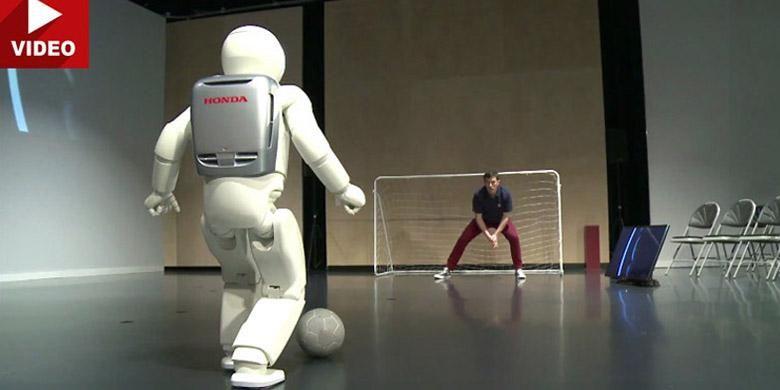 Asimo sudah bisa bermain bola.