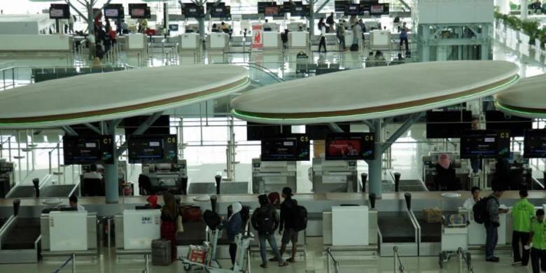 Area check-in counter di terminal baru Bandara Sepinggan Balikpapan, Kalimantan Timur, Rabu (13/8/2014). Terminal yang dibangun dengan investasi sebesar Rp 2 triliun dan memiliki luas 110.000 meter persegi ini mampu menampung 10 juta penumpang per tahun.
