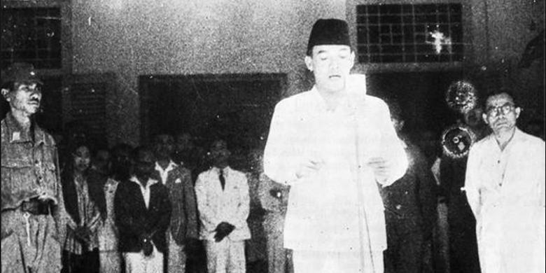Foto karya Frans Mendur yang mengabadikan Presiden Soekarno membacakan naskah proklamasi di Jalan Pegangsaan Timur, Nomor 56, Cikini, Jakarta.