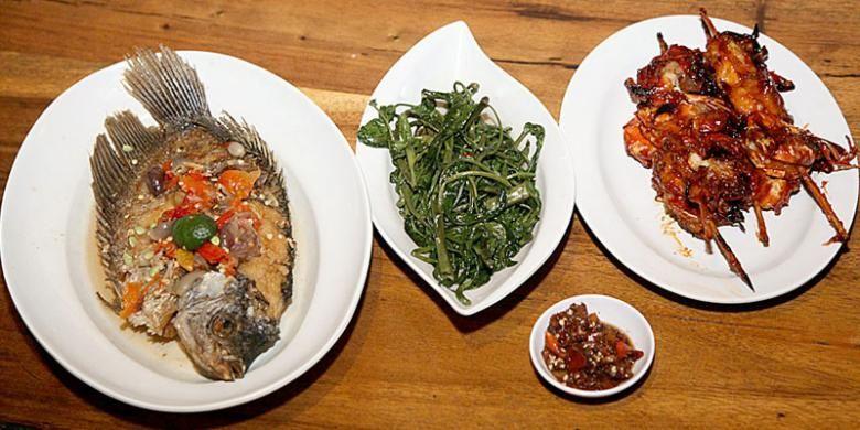 Hidangan spesial, seperti (kiri ke kanan) gurame bumbu cobek, tumis kangkung, udang bakar madu, serta sambal terasi dadak, di Gubug Makan Mang Engking, The Breeze BSD City, Tangerang Selatan, Banten, Rabu (20/8/2014).