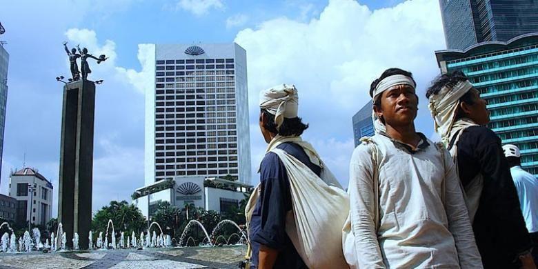 Empat warga Baduy tiba di Bundaran HI Jakarta setelah jalan kaki ratusan kilometer dari kampung mereka di Baduy Dalam, Desa Kenekes, Kabupaten Lebak, Banten.