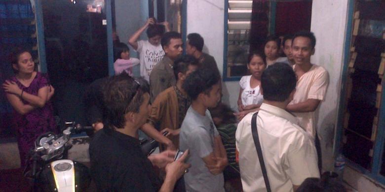 Petugas dari Suku Dinas Kependudukan Jakarta Pusat, Ruspinuji, melakukan bina kependudukan di kos-kosan, Rabu (27/8/2014) malam.