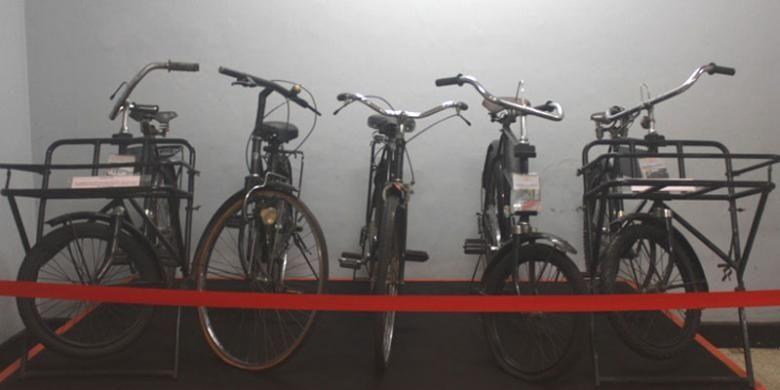 Sepeda Ontel yang digunakan oleh tukang pos merupakan koleksi Museum Pos Indonesia, Bandung, Jawa Barat.