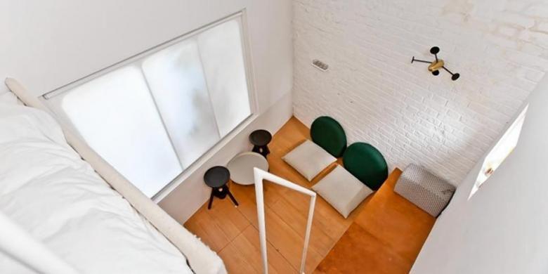 Apartemen kecil ini dijual berikut rak tempat tidurnya, yang hanya dapat diakses dengan cara memanjat ke atas atas permukaan meja kerja dapur. Di sini juga ada toilet yang juga sangat sempit untuk digunakan mandi.
