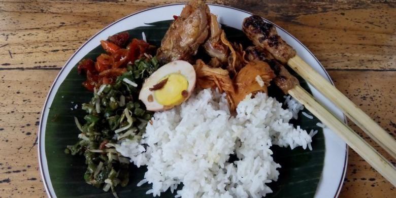 Menu Nasi Ayam di Nasi Ayam Kedewatan Ibu Mangku, Ubud, Gianyar, Bali.