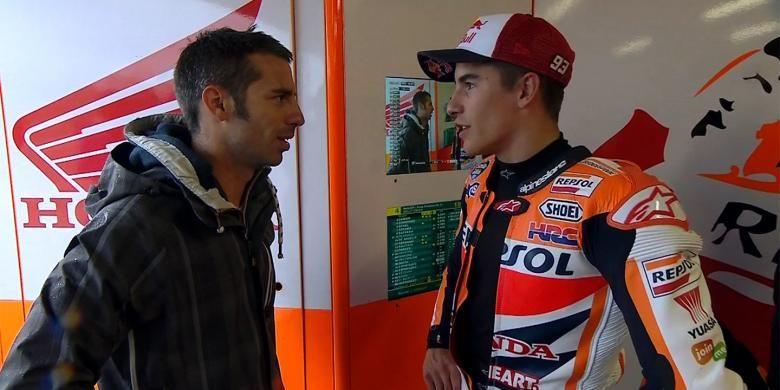 Pebalap Superbike asal Italia, Marco Melandri (kiri), berbicara dengan pebalap Repsol Honda asal Spanyol, Marc Marquez, pada sesi latihan bebas kedua GP San Marino di Sirkuit Misano, Jumat (12/9/2014).