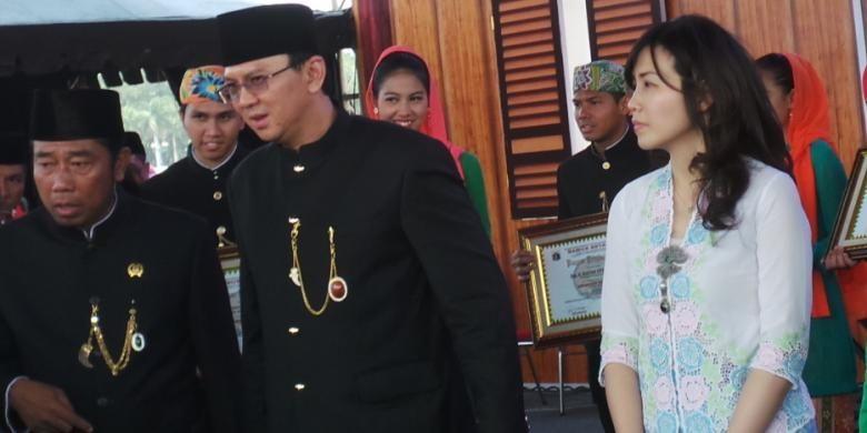 Wakil Gubernur DKI Jakarta Basuki Tjahaja Purnama (tengah) bersama istri, Veronica Tan menggunakan baju adat khas Betawi, saat Lebaran Betawi, di Monas, Minggu (14/9/2014). Di samping kanan Basuki turut hadir anggota DPRD DKI Abraham Lunggana.