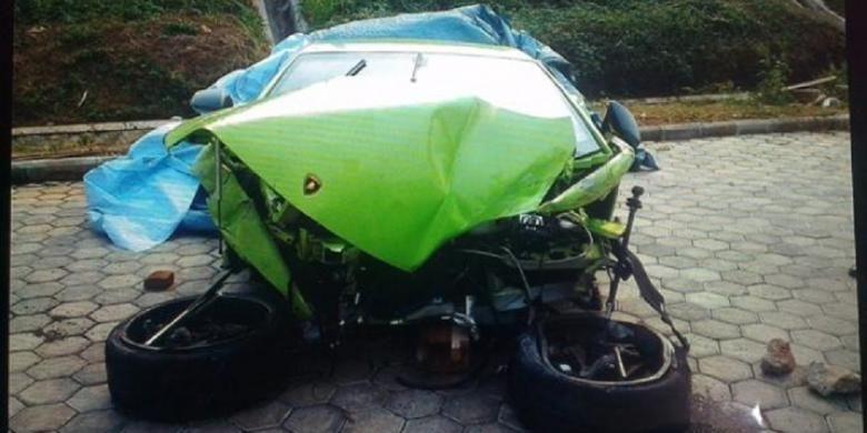 Mobil super mewah Lamborghini bernopol DK 9 RA hancur tak berbentuk bagian depannya setelah kecelakaan tunggal di dekat pintu keluar tol Joglo, Jakarta Barat, Minggu (21/9/2014) pukul 07.00.