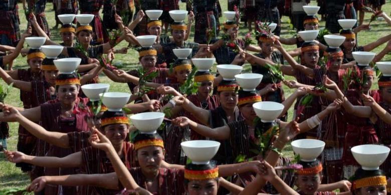 Ratusan penari menampilkan Tor-Tor Cawan pada pembukaan Festival Danau Toba, di Kabupaten Samosir, Sumut, Minggu (8/9/2014).