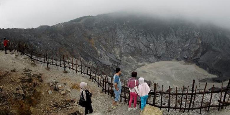 Kawah Ratu Gunung Tangkuban Parahu, Bandung, Jawa Barat, Kamis (26/1/2012). Gunung yang tumbuh dalam Kaldera Sunda 90.000 tahun lalu memiliki tiga kawah, yakni Panguyangan Badak yang berumur 90.000-40.000 tahun lalu, Kawah Upas yang berumur 40.000-10.000 tahun lalu, dan Kawah Ratu, 10.000 tahun lalu sampai sekarang.