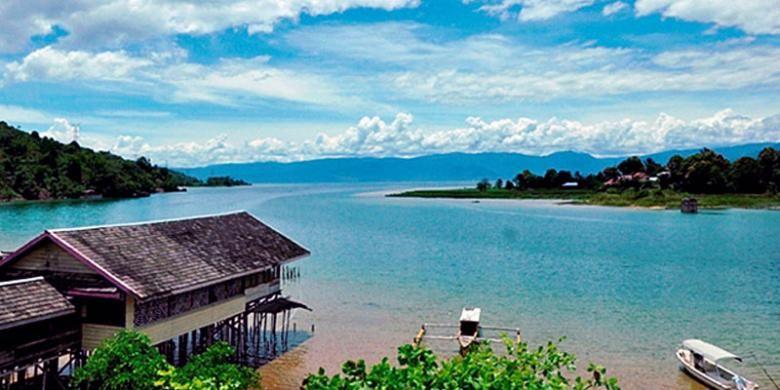 Danau Poso di Kabupaten Poso, Sulawesi Tengah, salah satu tujuan wisata yang kerap dikunjungi wisatawan, baik wisatawan lokal maupun mancanegara. Danau ini merupakan danau terbesar dan terdalam di Sulawesi Tengah dan terbesar ketiga di Indonesia. Selain memiliki panorama indah, di Danau Poso juga terdapat ikan endemik, yakni sogili, sejenis belut besar.