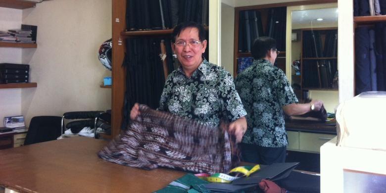 Rusman pemilik Feng Sin Tailor, penjahit pakaian para pejabat, termasuk pakaian presiden terpilih Joko Widodo dan Wakil Gubernur DKI Jakarta Basuki Tjahaja Purnama.
