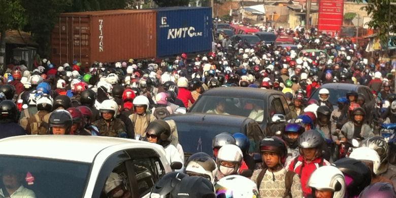 Suasana kemacetan di TB Simatupang akibat truk kontainer melintang jalur ke arah Tanjung Barat