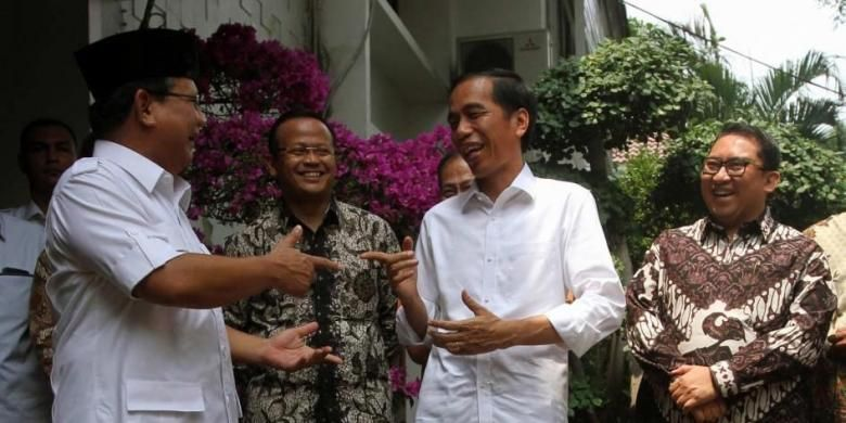 Presiden Republik Indonesia terpilih Joko Widodo mengunjungi Ketua Umum Partai Gerindra yang juga mantan pesaingnya dalam Pilpres lalu, Prabowo Subianto, di Jalan Kertanegara, Jakarta Selatan, Jumat (17/10/2014). Dalam pertemuan tersebut Jokowi bersilaturahmi dan mengundang Prabowo untuk menghadiri pelantikan Presiden Seni 20 Oktober mendatang.