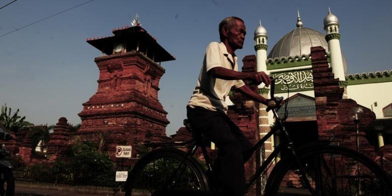 Keindahan arsitektur Menara Kudus di Kabupaten Kudus, Jawa Tengah yang telah menjadi sebuah monumen peradaban masa lalu dan pusat spiritualisme Islam hingga kini, Senin (18/7/2011). Masjid Al-Aqsa atau dikenal Masjid Menara Kudus yang didirikan tahun 1549 ini tidak terlepas dari Sunan Kudus yang menyebarkan Islam melalui alkulturasi budaya.