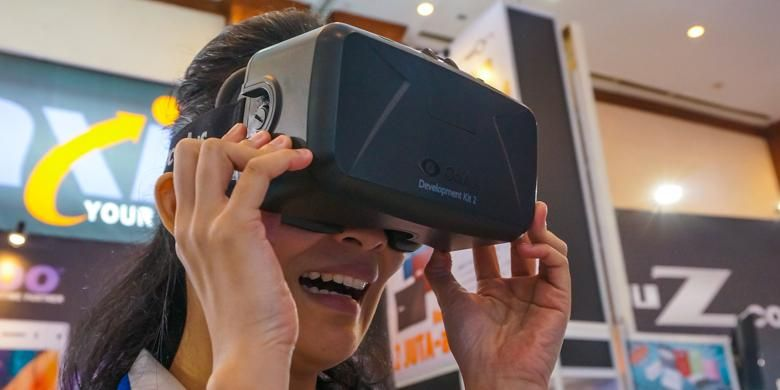 Pengunjung mencoba headset Virtual Reality Oculus Rift versi Development Kit 2 di stand Intel di pameran Indocomtech 2014, Jakarta Convention Center, Rabu (29/10/2014)