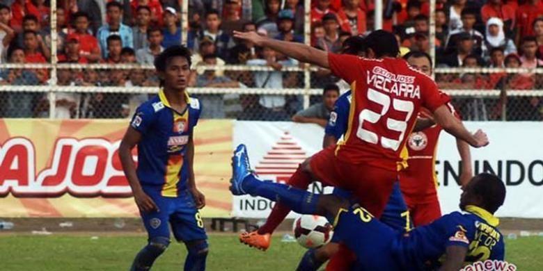 Gelandang Semen Padang, Esteban Vizcarra, berebut bola dengan pemain Arema Cronus dalam laga babak delapan besar Indonesia Super League 2014.