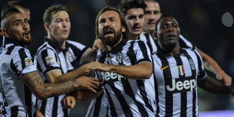 Gelandang Juventus, Andrea Pirlo (tengah), melakukan selebrasi bersama rekan-rekannya, setelah mencetak gol ke gawang Empoli pada laga Serie-A di Carlo Castellani comunal stadium, Sabtu (1/11/2014).