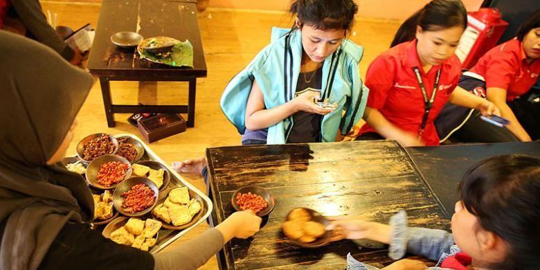 Pelayan mengantar pesanan makanan dan sambal di Waroeng Spesial Sambal, Summarecon, Serpong, Tangerang Selatan, Banten.