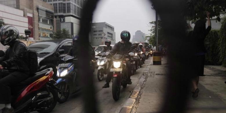 Motor terjebak kemacetan saat jam pulang kerja di Jalan MH Thamrin, Jakarta, Selasa (11/11/2014). Selama Desember Pemprov DKI Jakarta akan membatasi kendaraan roda dua melintas Jalan MH Thamrin mulai dari Bundaran Hotel Indonesia sampai Istana Merdeka.