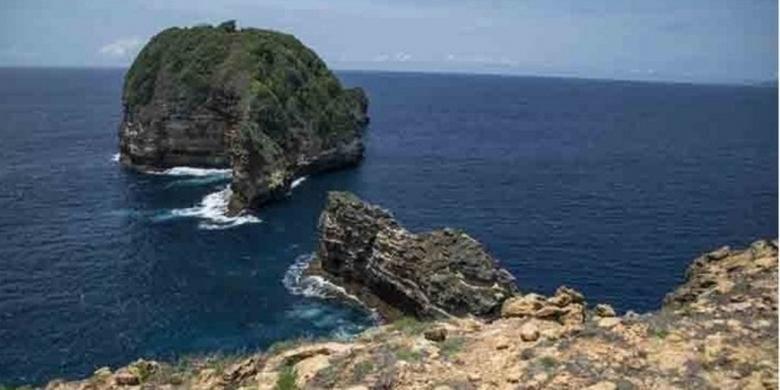 Gili Penyu di Gunung Tunak, Lombok Selatan, Nusa Tenggara Barat. Lanksap ini dapat dikunjungi oleh wisatawan.