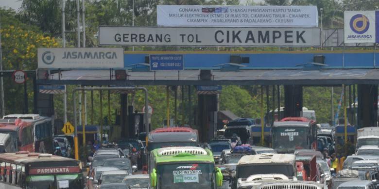 Gerbang Tol Cikampek , Kabupaten Purwakarta, menuju Simpang Jomin, Kabupaten Karawang, Jawa Barat, Kamis (24/7/2014).