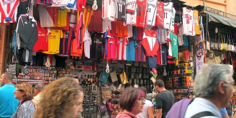 Pasar tradisional di Marrakech, Maroko, yang menjual berbagai macam barang, mulai dari kerajinan seperti karpet, sandal, tas kulit, hingga barang elektronik.